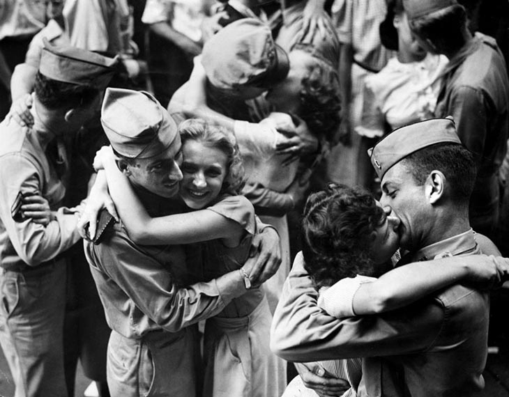 Wartime photos:Servicemen And Downtown Workers Embrace And Kiss In The Street
